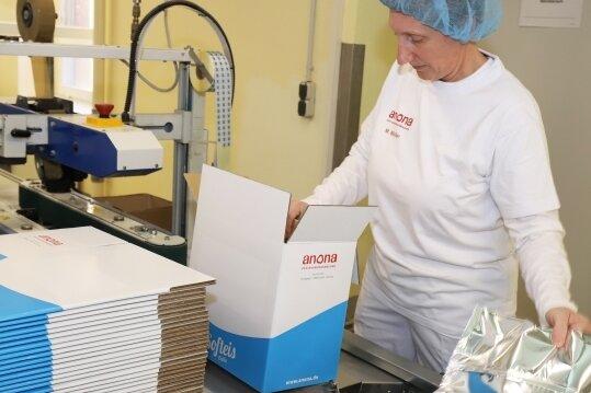 Michaela Möller, Springer-Linienführerin bei Anona, verpackt die Beutel mit der Schokoladen-Softeismischung.