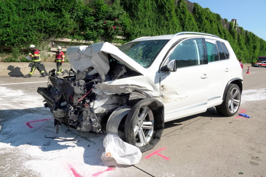 Nach ersten Informationen fuhr ein VW aus noch ungeklärter Ursache auf einen Lkw auf.