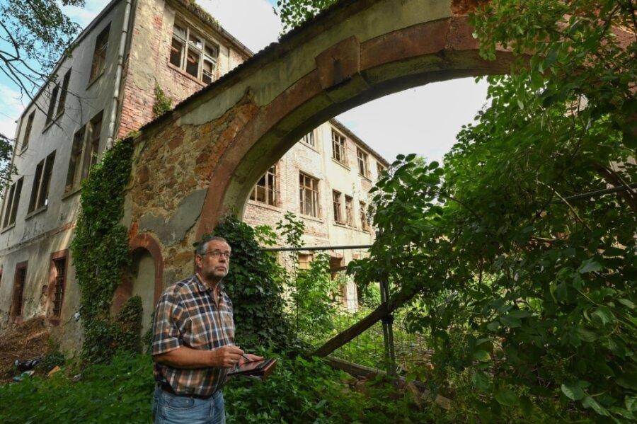 Bauamtschef Hannes Langen steht vor dem Torbogen des Gutes, der unter Denkmalschutz steht.