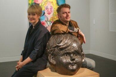"""Kuratorin Karoline Schmidt und Künstler Sebastian Gögel mit seinen Werken """"Zuneigung"""" (Öl auf Leinwand) und """"Zögling"""" (Bronze). Foto: Toni Söll"""