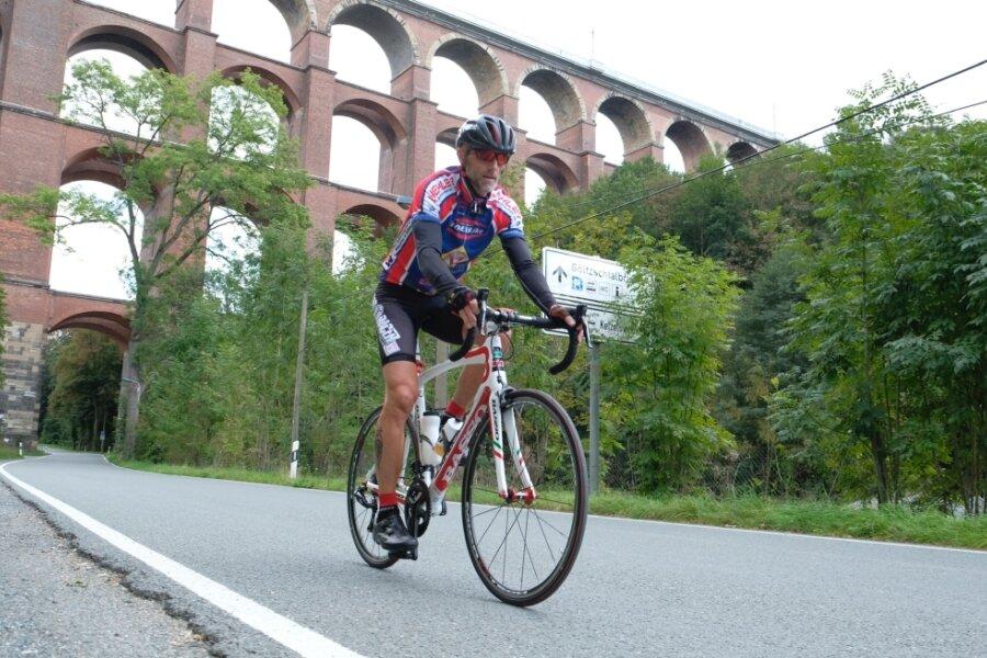 Rainer Martin aus Auerbach während einer Trainingseinheit nach Greiz. Ob er dieses Ziel künftig auf einem separaten Radweg erreichen kann, ist zurzeit ungewiss.