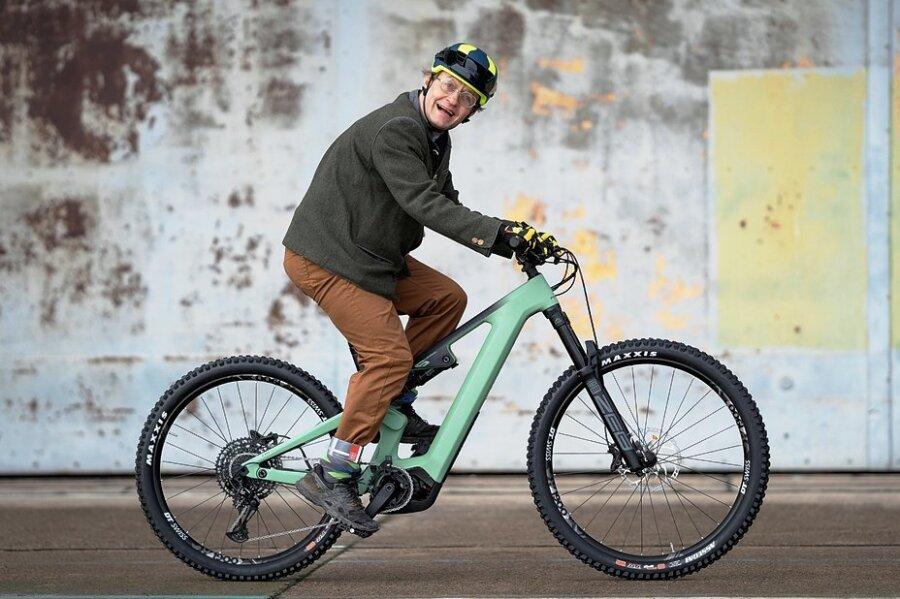 Mountainbikes mit Elektroantrieb sind gefragt wie nie. Preislich zählen Modelle wie das von Entertainer Wigald Boning gefahrene Flyer Uproc 6 8.70 zur Oberklasse. Vorn verbauen die Schweizer E-Bike-Pioniere ein größeres Rad, das mehr Führung bieten soll, hinten ein kleineres für maximale Traktion. Kaufpreis: knapp 8600 Euro.