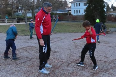 Trainer Jörg Preuschoff vom JSV Werdau absolvierte mit seinen Schützlingen im Fred-Oettel-Bürgerpark Konditions- und Technikübungen.