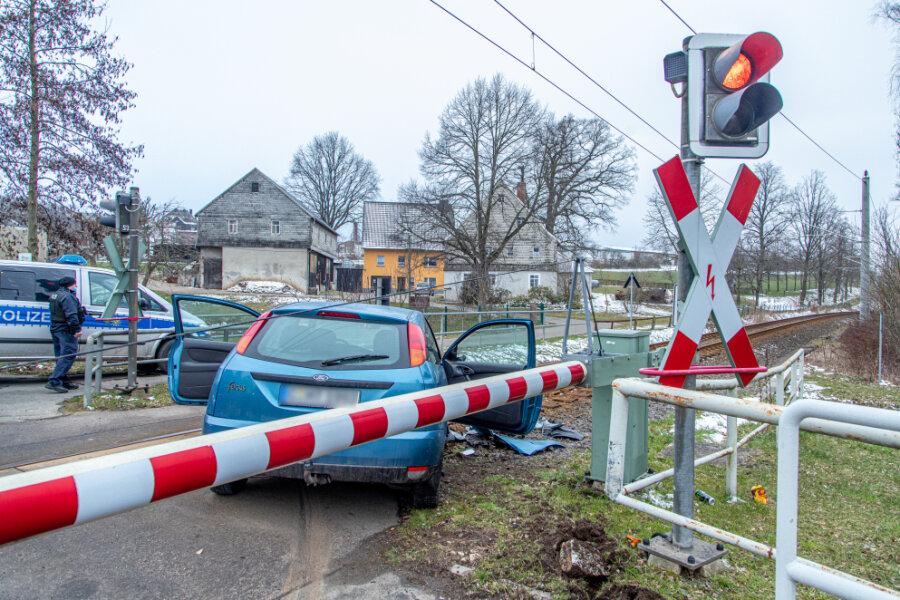 Jahnsdorf: Ford landet im Gleisbett