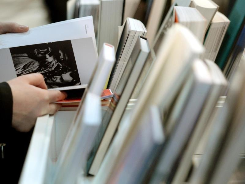Bücher werden in Deutschland vor allem von Frauen gelesen: 46 Prozent von ihnen greifen täglich oder mehrmals zu einem Buch. Bei den Männern sind es nur 30 Prozent.