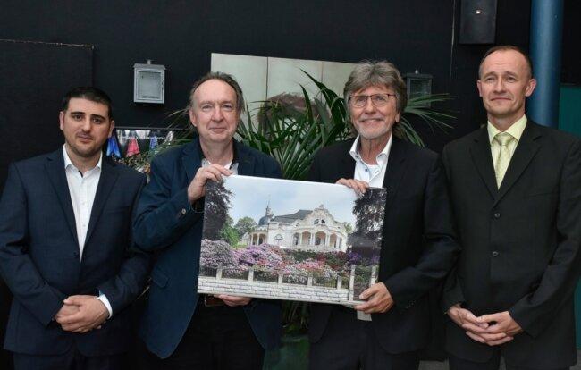 Enrico Weller (rechts) wird ab dem Herbstsemester neuer Professor am Studiengang Musikinstrumentenbau Markneukirchen, der von Hannes Vereecke (links) geleitet wird. Die scheidenden Professoren Gunter Ziegenhals (2. von links) und Andreas Michel erhielten zum Abschied auch ein Stück Merz-Villa für das eigene Heim.