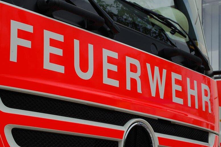 Feuerwehr bleibt an Brücke hängen - hoher Schaden