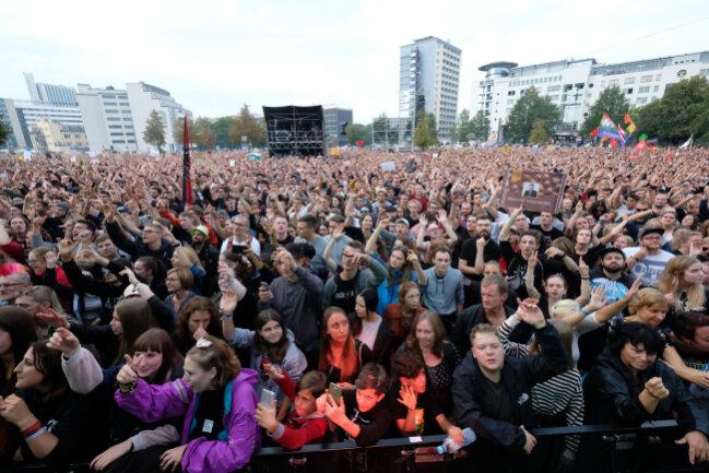 Der Veranstalter spricht am Abend von 50.000 Besuchern.