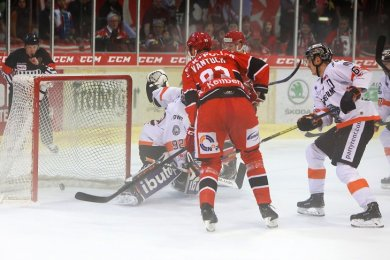 Lukáš Vantuch (3. v. l.) trifft zum zwischenzeitlichen 2:0 für die Eispiraten Crimmitschau.