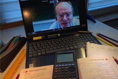 Dr. Thomas Hinze übt mit seinen Nachhilfeschülern Aufgaben in Mathe, Physik und Chemie - wegen Corona derzeit in virtuellen Räumen.