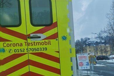 Dieses Testmobil hat am Donnerstag in Schwarzenberg Fragen aufgeworfen. Stadtrat Jens Döbel (Freie Bürger) hatte es entdeckt und fragt: Ist das ein neues Geschäftsmodell und darf jetzt jeder testen?