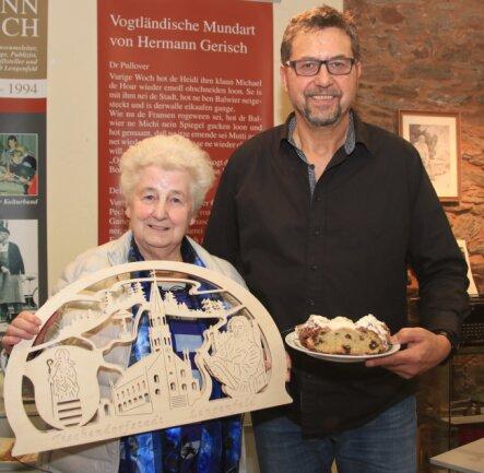Monika Sillge aus Waldkirchen mit dem Organisator der Stollenverkostung, Thomas Pollrich vom Vorstand des Fördervereins.