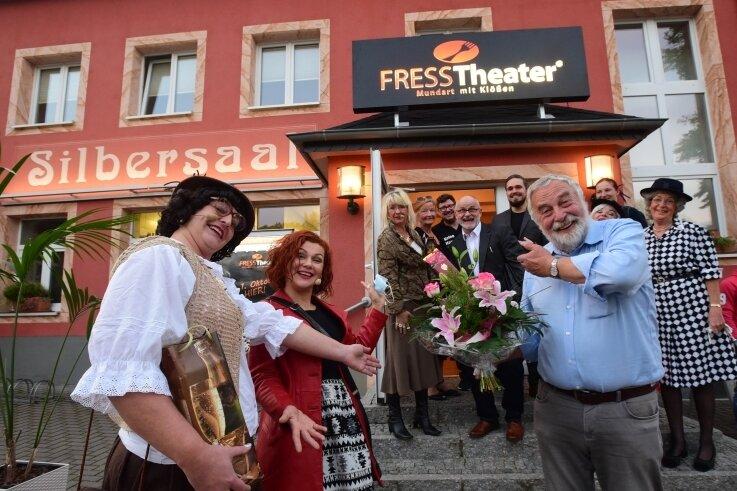 Hereinspaziert! Andreas Zweigler, Sandra Lieberwith (links) und Manuela Kräher begrüßten am Mittwochabend die Gäste zur Generalprobe.