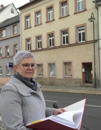 Die Sanierung zweier großer Wohnungen am Markt 22, vor dem BGV-Geschäftsführerin Claudia Rentzsch steht, soll im kommenden Jahr geplant werden.