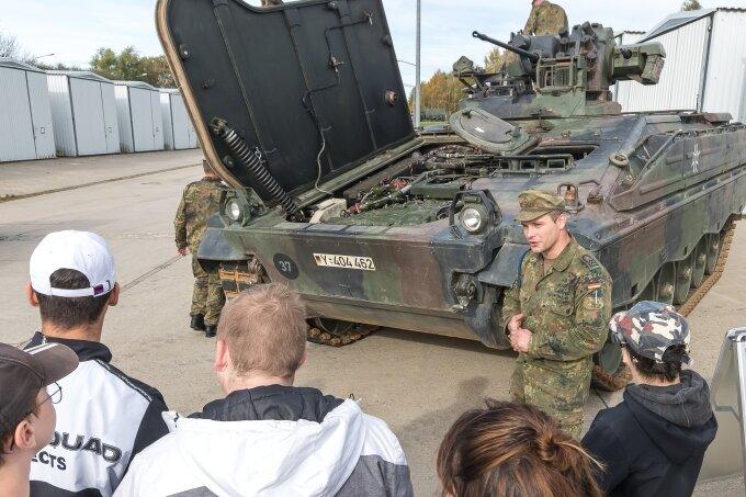 Soldaten zeigen jungen Besuchern ihren Alltag