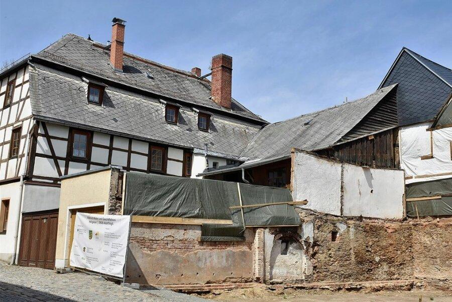 Platz für Neubau: Rechts stand der abgerissene Pulverturm. Die Garage (Mitte) könnte noch weg.