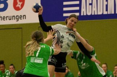 Petra Nagy (Mitte) setzte sich gegen zwei Bremer Abwehrspielerinnen durch und kam mit Zwickau zum sechsten Auswärtssieg der Saison.