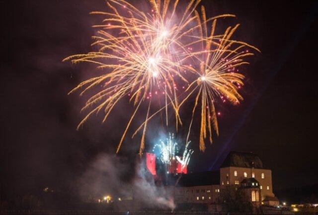 Wird es diesmal zu Silvester, wie hier am Rochlitzer Schloss, ein Feuerwerk geben oder wird das Böllern wegen Corona verboten?