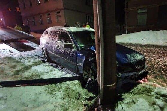 BMW-Fahrer prallt gegen Strommast und verursacht Internetausfall
