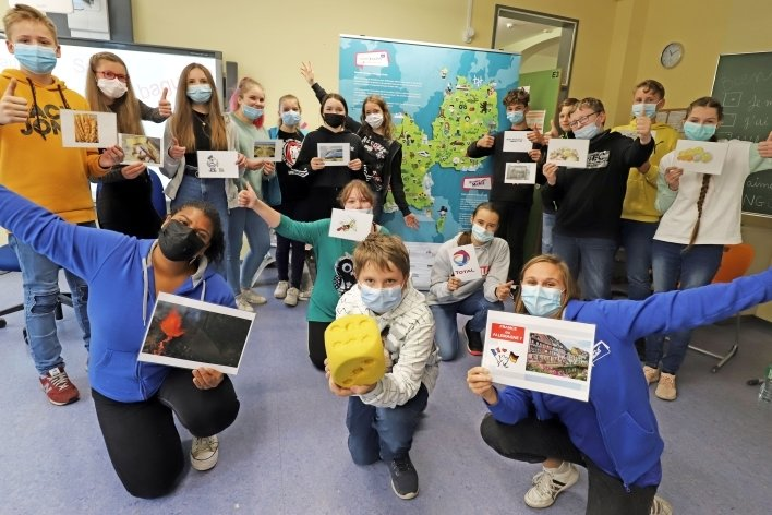 Ludivine Aubras (vorn l.) und Mathilde Zilliox (vorn r.) nehmen die Schülerinnen und Schüler mit auf eine Reise durch Frankreich und seine Sprache.