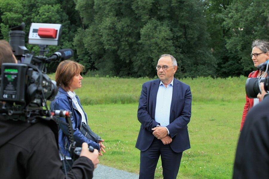 Pia Findeiß (links) erzählt Norbert Walter-Borjans und Direktkandidatin Gundula Schubert, wie es zu dem Pflanzen der Bäume kam.