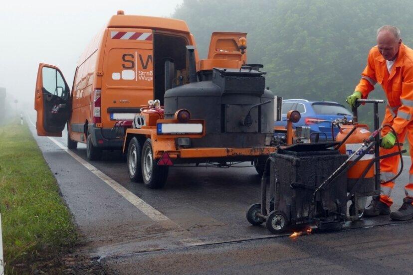Während der Verkehr aus Richtung Marienberg weiterhin normal rollte, neigte sich die Sanierung der anderen gesperrten Fahrbahnseite am Donnerstag mit der Fugenverfüllung dem Ende entgegen. Sieben Abschnitte erhielten eine neue Decke. In der kommenden Woche ist die andere Fahrbahnhälfte an der Reihe.