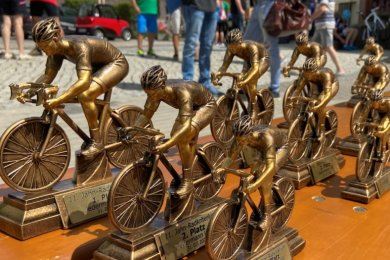 Für die Sieger und Platzierten des 11. Jahn-Radkriteriums gab es lukrative Pokale - im Foto die für die Besten der verschiedenen Altersgruppen beim Jedermann-Rennen.