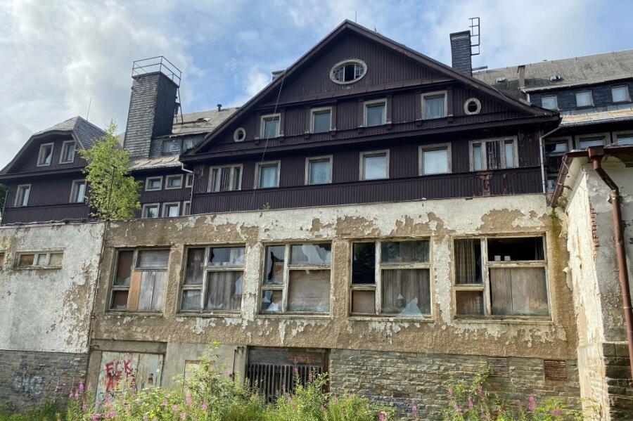 Der jahrelange Verfall hat sichtbare Spuren am alten Sporthotel hinterlassen. Das Foto zeigt die Seite zum Innenhof.