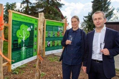 """Stießen auf die Zukunft der neuen """"Klimabäumchen"""" an: Beate Groh vom Pfaffengut und Sparkassenchef Marko Mühlbauer. Sein Unternehmen hatte 2000 Euro zugeschossen."""