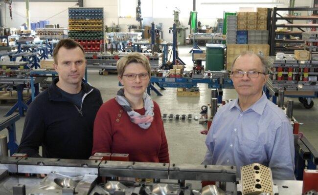 Der Geringswalder Werkzeugbau ist in Familienhand von Hendrik, Silvia und Hartmut Fischer (v. l.).