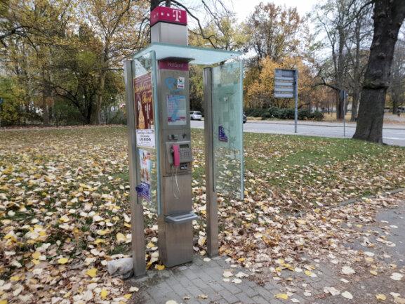 """Wie die Beamten am Donnerstag mitteilten, wurde die letzte Drohung am Dienstag von einer Telefonsäule an der Straßenbahnhaltestelle """"Tschaikowskistraße"""" an der Augustusburger Straße abgesetzt. Die Drohung am Donnerstag ging jedoch von dieser Zelle an der Karl-Liebknecht-Straße aus."""