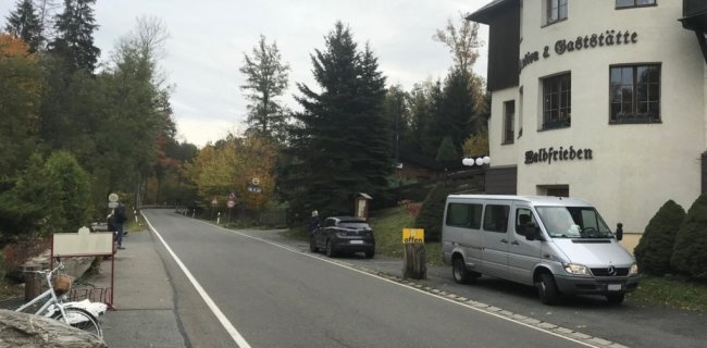 Die Gaststätte Waldfrieden liegt an der Staatsstraße 295. Die Inhaber halten nichts von einer Umwandlung in eine Fahrradstraße.