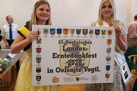 Zwei Majestäten präsentieren das offizielle Ausrichterschild: Sperkenprinzessin Lisa Hohberger (links) und die Vogtländische Kartoffelprinzessin Selina Kohl. Nun fällt das verschobene Landeserntedankfest erneut aus.