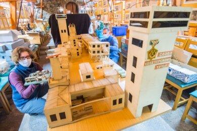 Museumsleiterin Sarah Becher und Mitarbeiter Steffen Leischker haben nicht schlecht gestaunt, was sich alles auf dem Dachboden des Auer Stadtmuseums befand, unter anderem dieses Modell einer Schachtanlage.