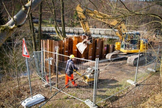 Die Bauarbeiten an der Schönthalbrücke haben begonnen. Beim Einrammen der Spundwände wurde vorigen Freitag das Kabel getroffen.