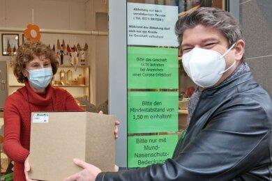 Click am Freitag, Collect am Samstag: Zwickau-Besucher Lars Piehler hat per Mail eine erzgebirgische Osterpyramide bestellt und am Wochenende bei Katrin Liebig abgeholt. Noch nutzen wenige das Angebot.