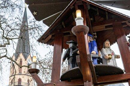Seit dem ersten Adventswochenende drehen sich wieder die Figuren auf der Pyramide im Burgstädter Museumsgarten. Gezeigt werden Handwerksberufe wie Dachdecker, Apotheker und Schlosser.