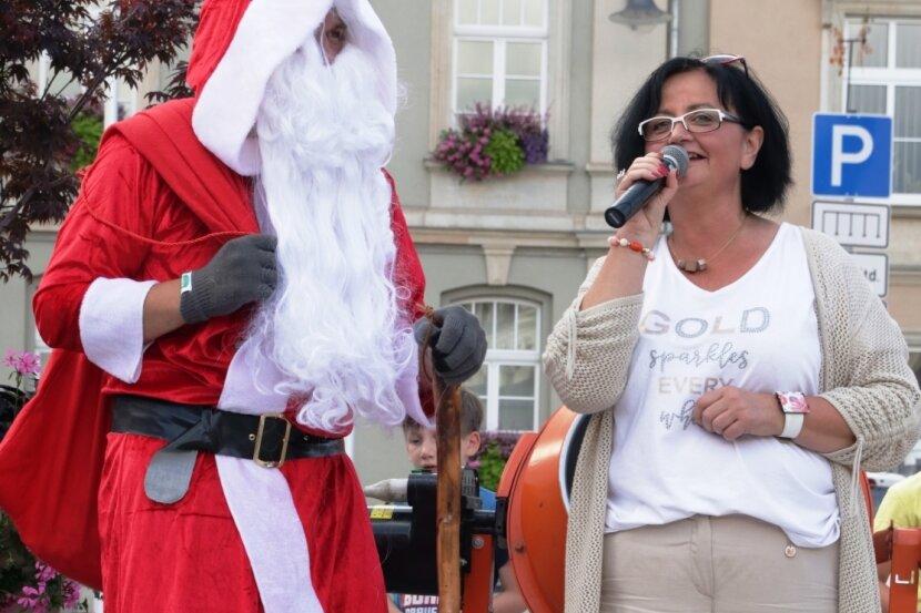 Die Vorsitzende des Gewerbevereins, Gabriela Krauthahn, begrüßt den Weihnachtsmann.