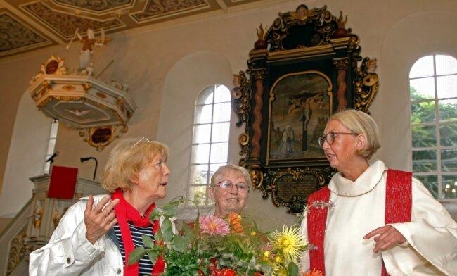 Restauratorin Sonnhild Müller, Kirchenvorstand Annerose Spießhofer und Pfarrerin Susanne Hulek (von links) freuen sich über das restaurierte Grabdenkmal, das an die Adlige Elisabeth von Dölau erinnert.