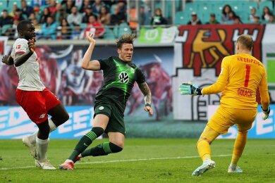 Torwart Peter Gulacsi und Dayot Upamecano können den 1:1 Ausgleich durch Wolfsburgs Wout Weghorst nicht verhindern.