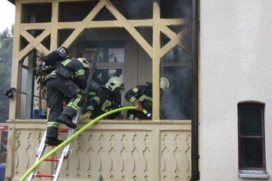 Die Feuerwehr ist am Freitagvormittag zu einem Balkonbrand in die Zwickauer Friedrich-Engels-Straße ausgerückt.