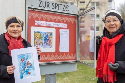 Gabriele Langer und Heide-Lore Staub (r.) vor einem der Schaukästen. Gezeigt werden Bilder unter anderem von Dieter Knoblauch, Bärbel Rothe, Werner Becher, Sabine Sachs, Karl-Heinz Fischer und Alexander Stoll.
