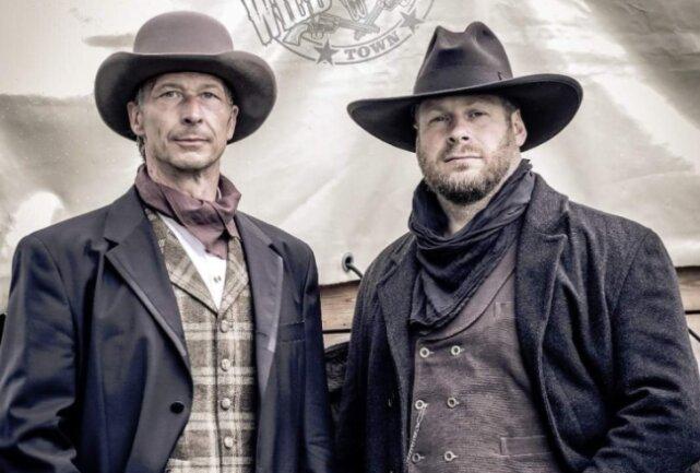 """Tonio Werl (r.) und Andreas Hofmann sind die Männer hinter der Idee der Westernstadt """"Old Miners Creek""""."""