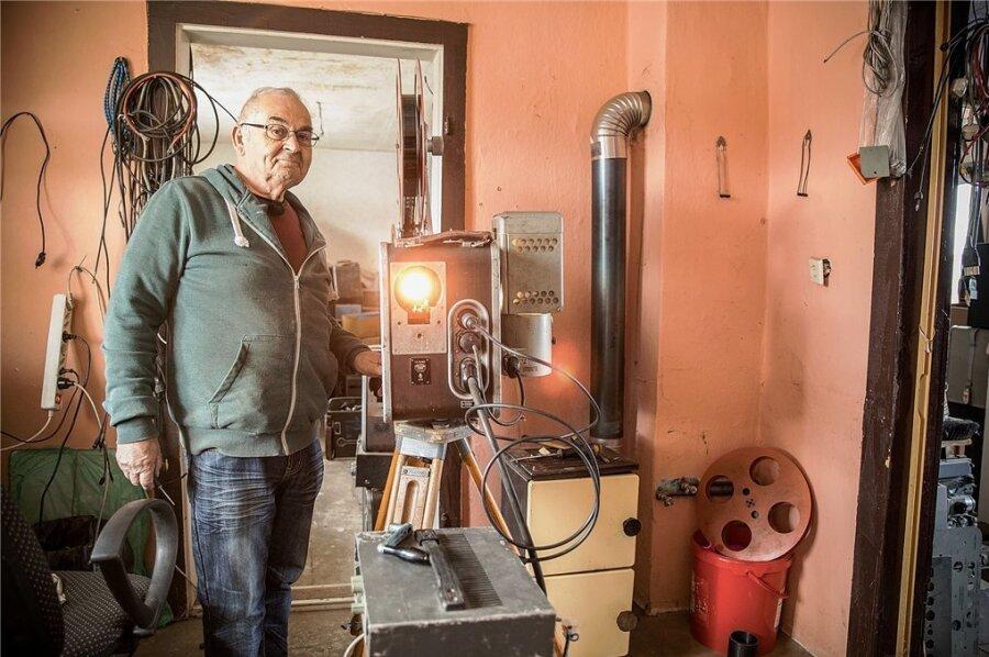 """""""Kinomann"""" Helmut Göldner am Filmprojektor, mit dem er Kino aufs Land bringt. Foto: Kippelsteiner Filme"""