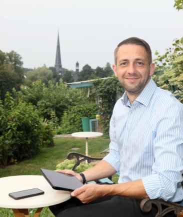 Tronje Hagen wählt für das Foto sein Zuhause als Lieblingsort. Am Teich und auf der Terrasse fühlt er sich besonders wohl.