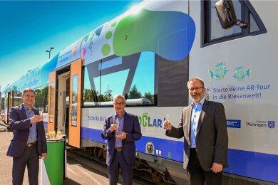 Michael Barth, der Geschäftsführer des Verkehrsverbunds Vogtland, Landrat Rolf Keil (CDU) und Länderbahn-Chef Wolfgang Pollety stoßen auf den Werbe-Vorstoß an.