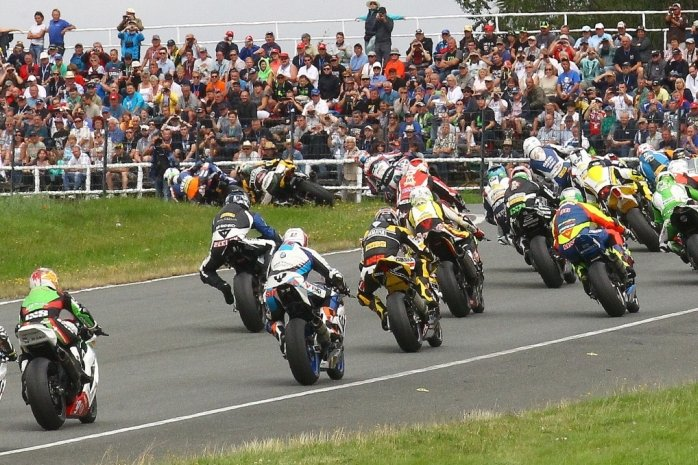 Die Internationale Deutsche Motorradmeisterschaft lockte in Schleiz in den Jahren vor Corona immer viele Zuschauer an. Auch an diesem Wochenende sollen die Tribünen wieder voll werden.