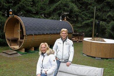 Versteckt hinter Bäumen bauen sich Vivienne und Tino Taubert ein zweites Standbein auf - einen Wellnessbereich mit Fass-Sauna.
