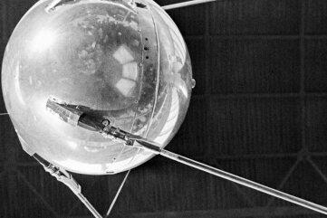 Sputnik 1 startete am 4. Oktober 1957 in eine Erdumlaufbahn. Der Satellit hatte einen Durchmesser von 58 Zentimetern.