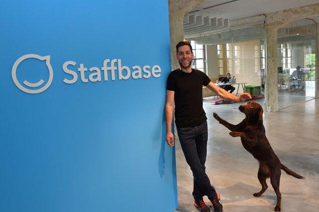 Martin Böhringer, einer von drei Geschäftsführern des IT-Unternehmens Staffbase in Chemnitz, hat große Pläne: Die Firma soll ein großer internationaler Marktführer werden.